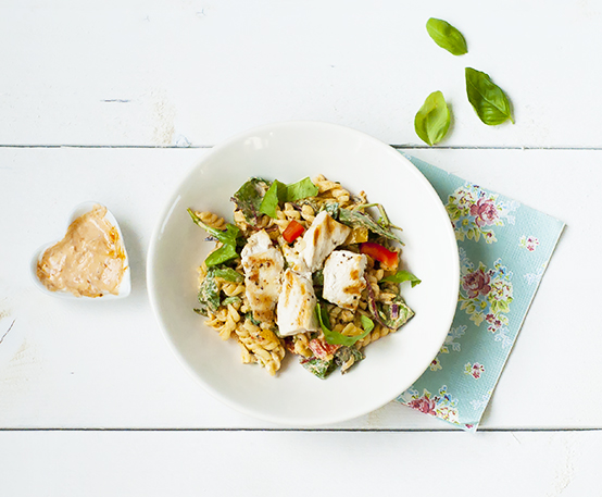 pastasalade met gegrilde kip en kwarkdressing
