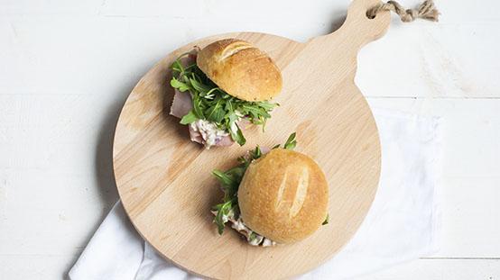 Broodje ham met uiensalade